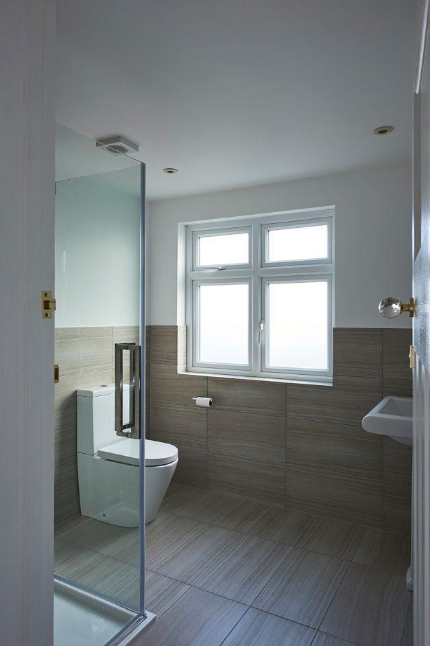 En-suite bathroom with porcelain tiles